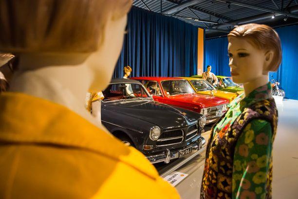 Muodikkaiden neitien takana Volvo Amazon ´64, Fiat 125 B-Special ´72 ja kansan suosikki Toyota Corolla ´78.