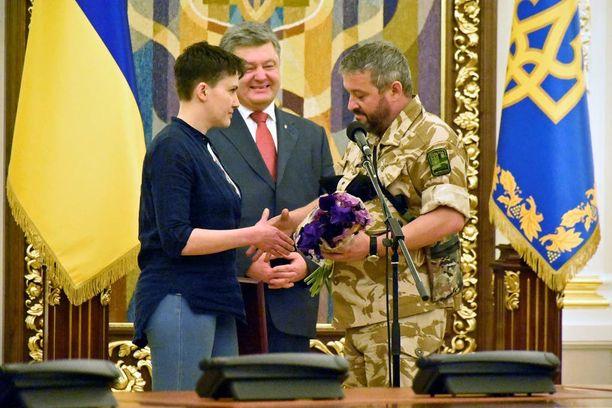 Nadja Savchenko sai mitalin Ukrainan presidentiltä ja kukkia Aidar-pataljoonan jäseniltä.