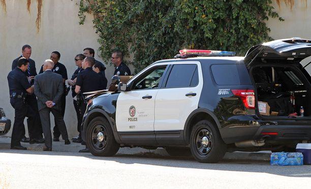 Poliisit saapuivat hätäpuhelun jälkeen tähden asunnolle.
