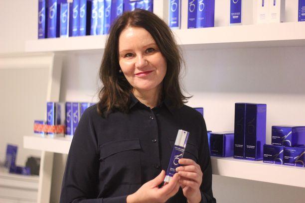 Kosmetologi ja sairaanhoitaja Anne Tuovinen on korona-aikaan muun muassa toimittanut hoitotuotteita kotiin asiakkailleen.