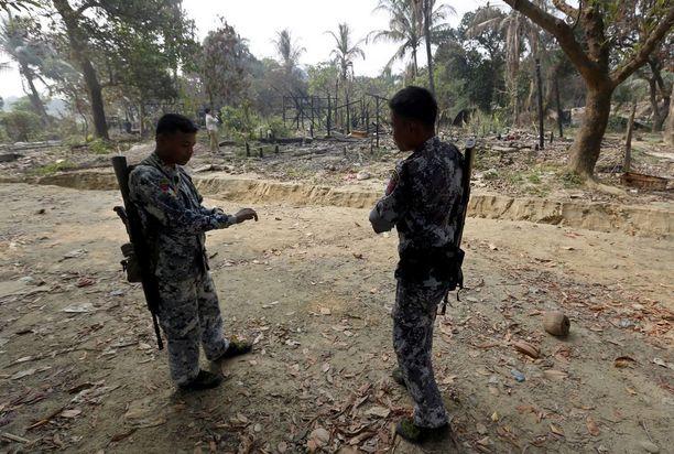 Rajavartijoita poltetun kylän raunioilla Rakhinessa joulukuun lopulla.