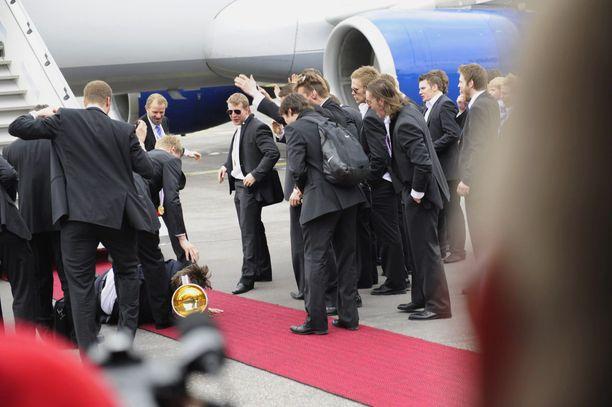Toinen ilmaveivi vuosimallia 2011: maalivahtivalmentaja Pasi Nurminen kupsahti kumoon Helsinki-Vantaan lentoasemalle saapumisen yhteydessä.