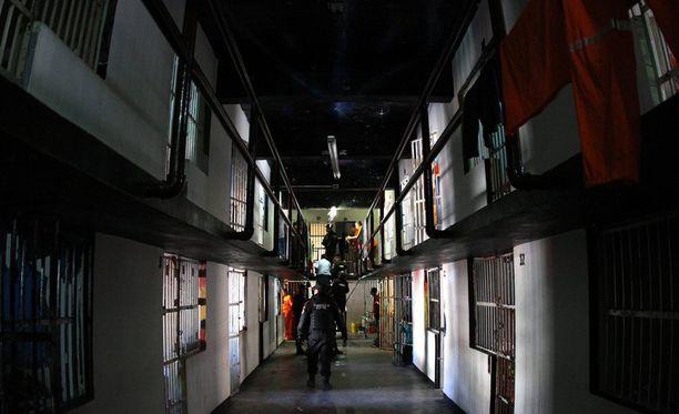 Monterreyn kaupunki julkaisi kuvia, joissa poliisit tekevät Topo Chicon vankilassa tutkintaa. Rikollisjohtajien etuoikeudet poistettiin. Heillä oli vankilassa muun muassa saunoja, minijääkaappeja ja digitelevisioita.