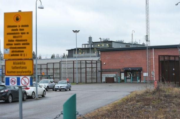 Syyntakeisena tuomittu mies passitetaan Vantaan vankilaan. Murha koostui kymmenistä veitseniskuista ja -viilloista.