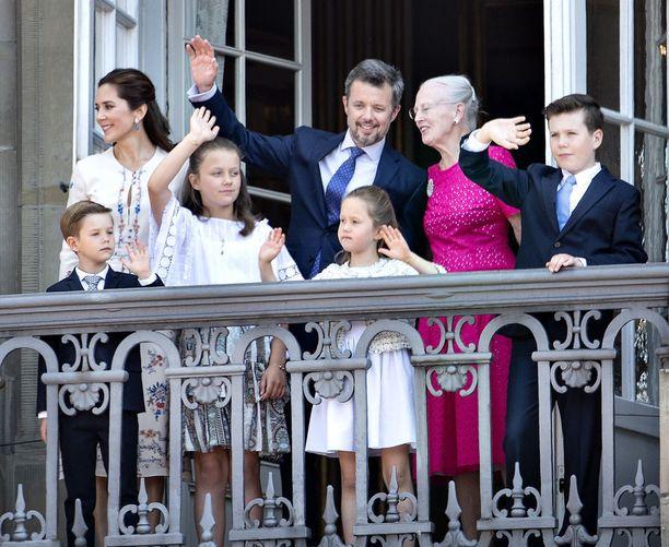 Kruunuprinssi perheineen vilkutti tänään virallisen tervehdyksen puolilta päivin Amalienborgin linnassa.