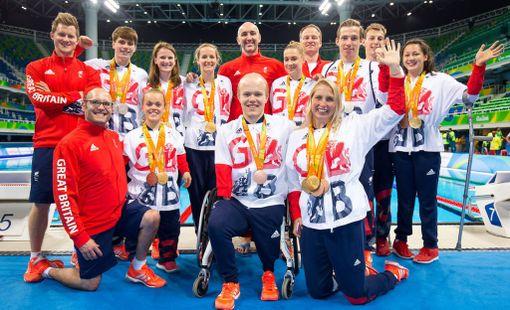 Rob Greenwood (takarivissä keskellä) yhteiskuvassa Britannian paralympiajoukkueen Rion kisojen mitalistien kanssa.