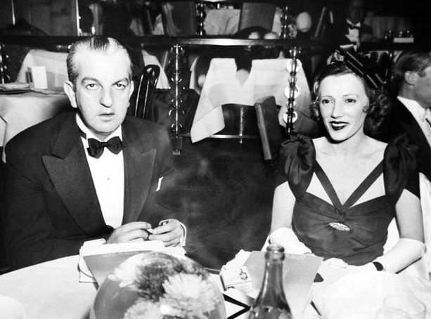 Orry-Kelly kuvattuna vuonna 1938 Helen Menkenin kanssa Rainbow Roomissa New Yorkissa.