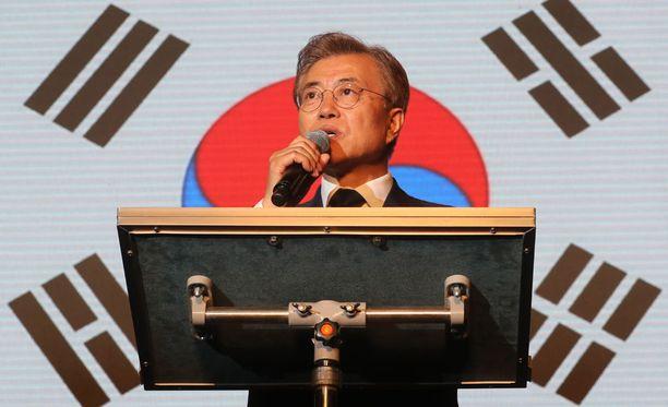 Moon Jae-in pitää puhetta kannattajilleen vaalituloksen julkistamisen jälkeen Soulissa.