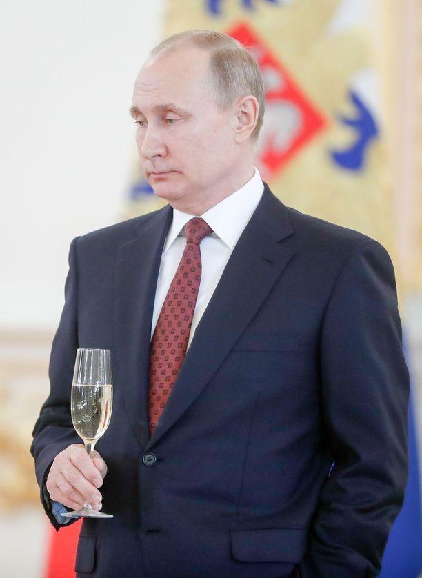 Vladimir Putinin mukaan länsimaiden iskut Syyriassa toteutettiin vastoin kansainvälistä oikeutta. Putin on jo aiemmin katsonut, että Kosovon itsenäisyysjulistus polki kansainvälistä oikeutta. Venäjää on syytetty puolestaan siitä, että se on rikkonut kansainvälistä oikeutta Ukrainassa.