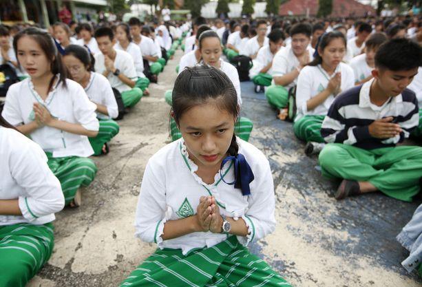 Luolan ulkopuolella on rukoiltu poikien puolesta.