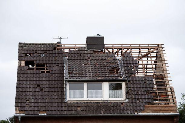 Tornado irrotti kattotiiliä taloista Viersenissä.