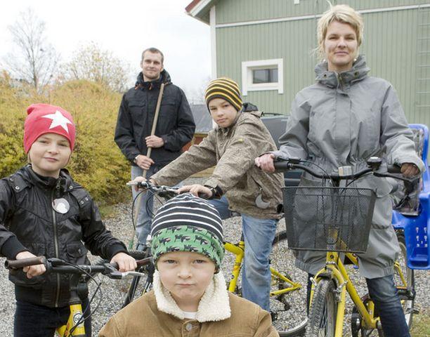 Matti (edessä) lähtee Mimosan (vas.), Aarnen (kesk.) ja Miia-äidin kanssa pyöräilemään sillä aikaa, kun Aki-isä haravoi pihaa.