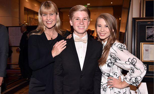 Vasemmalla Terri Irwin, keskellä Ribert Irwin ja oikealla Bindi Irwin.
