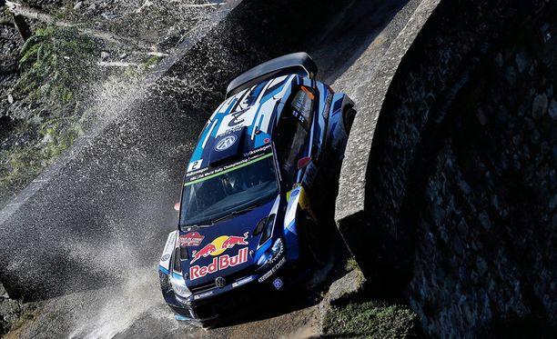 Jari-Matti Latvala on Korsikassa voittovauhdissa.