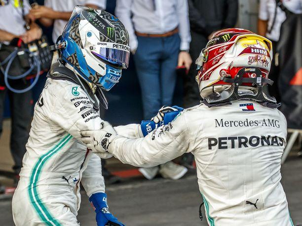 Lewis Hamilton teki Azerbaidzhanissa kaikkensa saavuttaakseen ja ohittaakseen Valtteri Bottaksen mutta joutui lopulta tunnustamaan tallikaverinsa paremmakseen.