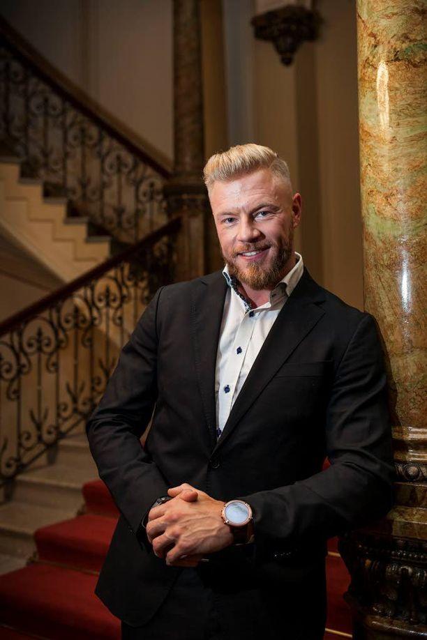 Bachelor Suomen unelmien poikamies Juha Rouvinen pääsee tutustumaan naisiin Etelä-Afrikan auringon alla.