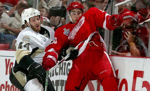Valtteri Filppula (oik.) voitti Stanley Cupin vuonna 2008 Detroit Red Wingsin riveissä.