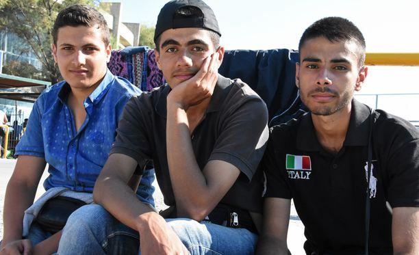 Ahmad Al-Masalmeh, 17, Mohammed Adeeb, 18 ja Hosam Abazid, 18, lähtivät sodan keskeltä jatkaakseen opintojaan jossain muualla.