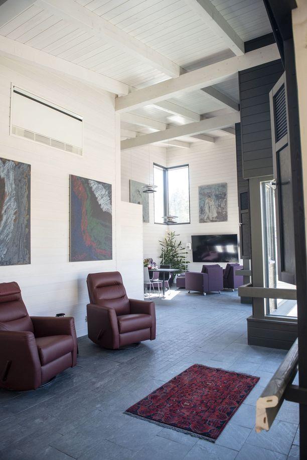 Kodissa on näyttävä korkea katto ja kunnolla tilaa sähköskootterilla liikkumiseen.
