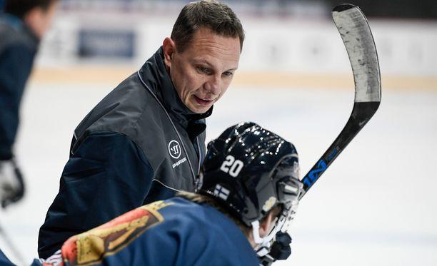 Jussi Tapola toimii vielä tämän kevään MM-kisoissa Leijonien apuvalmentajana.