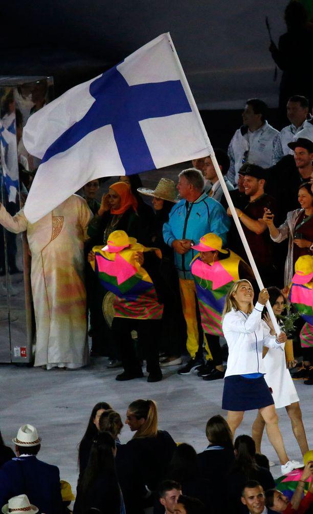 Kilpapurjehtija Tuuli Petäjä-Sirén kantoi Suomen lippua.