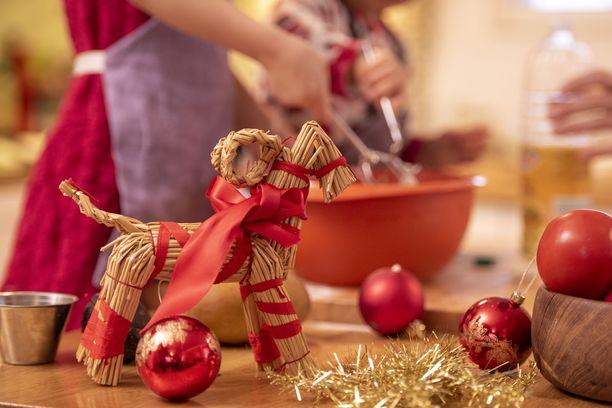 THL suosittelee joulunviettoa kotona alle 10 hengen porukalla.