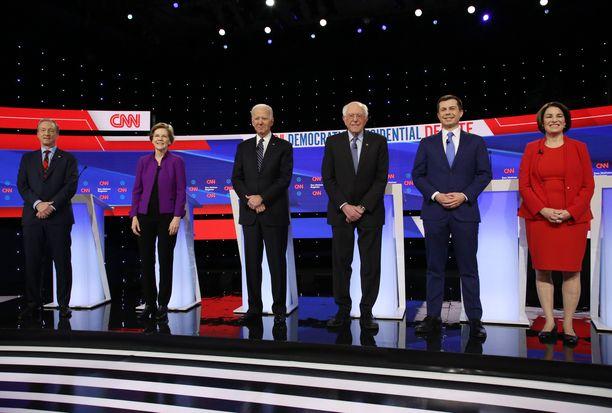 Kuvassa ehdokkaat Tom Steyer, Elizabeth Warren, Joe Biden, Bernie Sanders, Pete Buttigieg ja Amy Klobuchar. Kuva otettu väittelyn päätteeksi 14. tammikuuta.