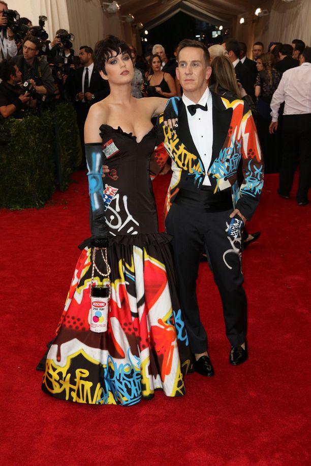 Katy Perry ja Jeremy Scott edustivat Moschinon uudessa kuosissa New Yorkissa Met-gaalassa toukokuussa.