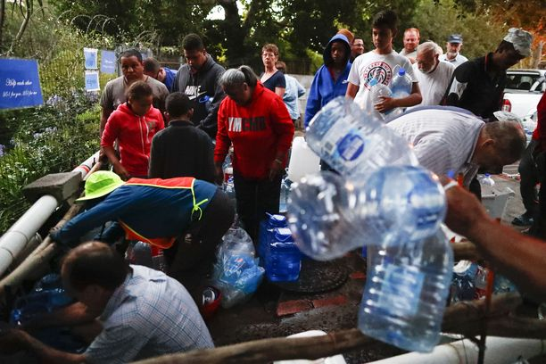 Kapkaupungin asukkaat jonottivat vettä tammikuussa 2018. Siitä tuli lähihistorian ensimmäinen kaupunki, josta vesi loppui.