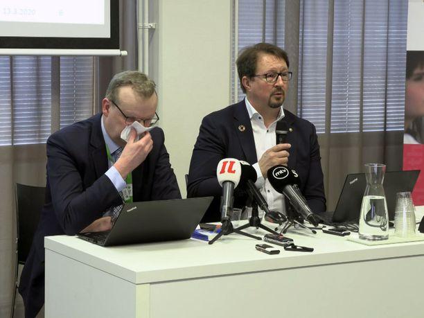 THL:n pääjohtaja Markku Tervahauta (vas.) niiskutteli perjantaisessa tiedotustilaisuudessa.