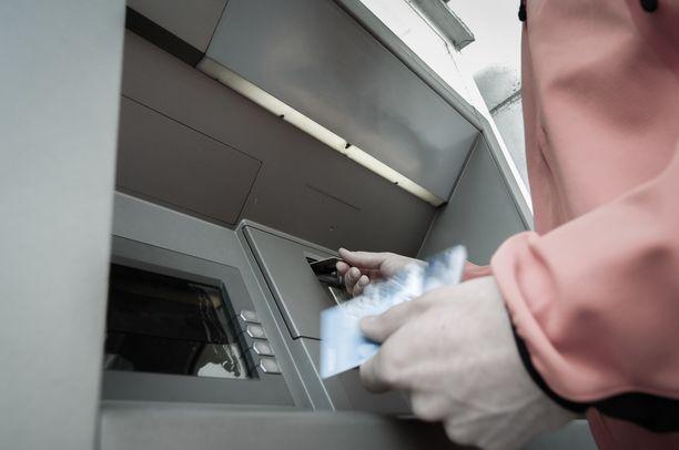 """""""Pulaan joutunut Michelle"""" kehotti Jarkkoa nostamaan rahat käteisenä ja lähettämään ne Western Unionin välityksellä. Kuvituskuva."""