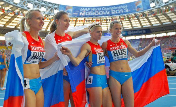 Venäjän 4x400 metrin viestijoukkue menettää olympiahopeansa Antonina Krivoshapkan (toinen oikealta) dopingkäryn vuoksi.