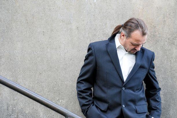 Simo Naapuri on vaikuttanut laulaja-lauluntekijänä 1980-luvulta lähtien. Hämeenlinnassa syntynyt säveltäjä on kirjoittanut kappaleita myös muille artisteille.