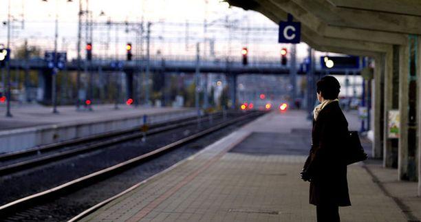 """Miehet ovat varastaneet lompakoita Tampereen rautatieasemalla """"avustaessaan"""" rikoksen uhreja nousemaan junaan."""