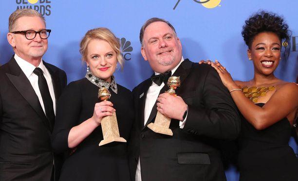 Elisabeth Moss (toinen vasemmalla) palkittiin Golden Globe -gaalassa roolistaan sarjassa The Handmaid's Tale.