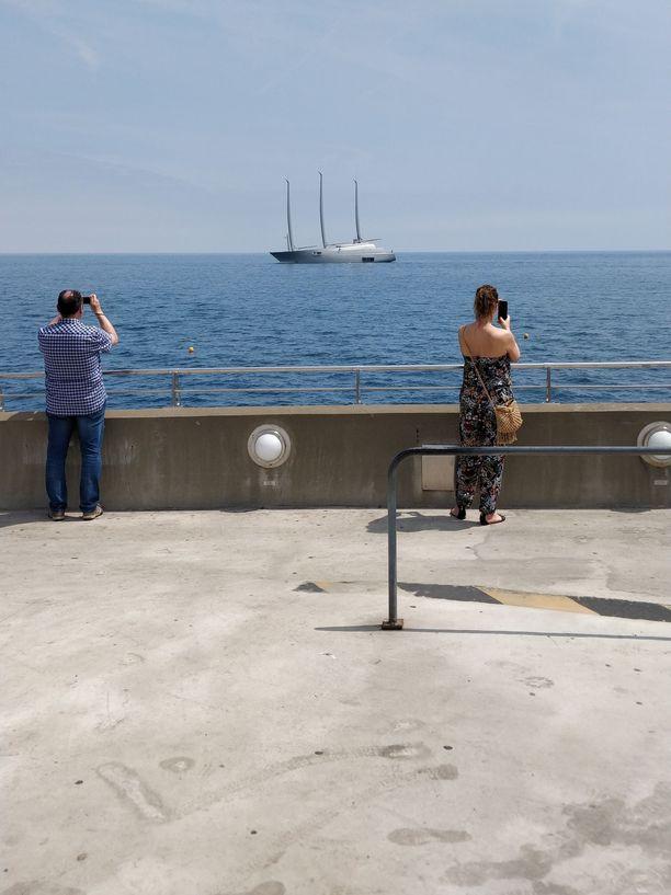 Sailing Yacht A on niin iso, ettei se olisi mahtunut Monacon satamaan, ja niinpä se jäi arviolta parin sadan metrin päähän rantaviivasta.