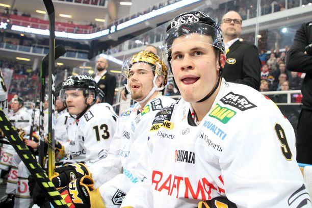 Jesse Puljujärvi (edessä) ja Juho Lammikko (ensimmäinen takana) lähtevät ensi viikolla Leijonien matkaan.