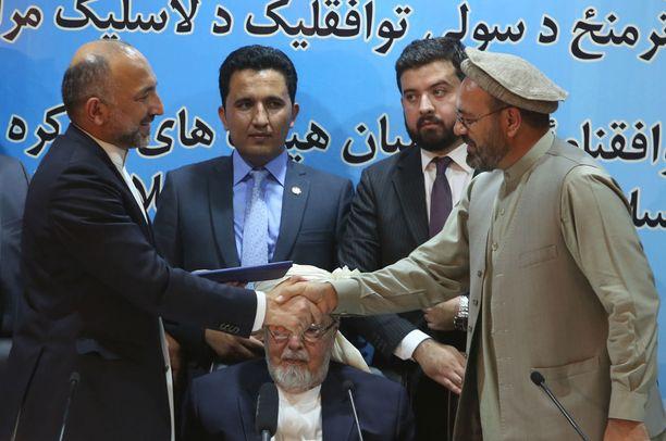 Amin Karim (oik.) allekirjoitti rauhansopimuksen Gulbuddin Hekmatyarin puolesta.