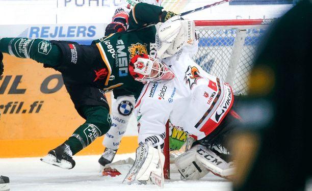 Hannu Toivosen pitää seisoa päällään Sportin maalissa, jotta Vaasassa nähdään pudotuspelikiekkoa keväällä.