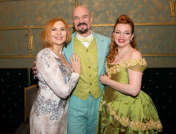 Sari Havas esiintyy Desirée-musikaalissa yhdessä Veeti Kallion ja Petra Karjalaisen kanssa.