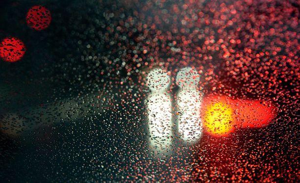 Suomessa sataa nyt vettä. Kuvituskuva.