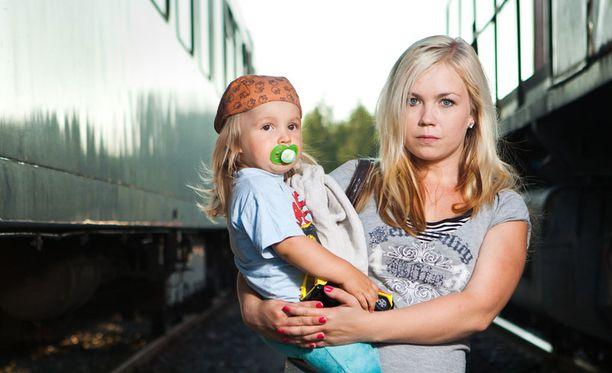 IKÄVÄ LOPPU Janika Valtonen yritti maksaa junassa Visa Electronilla, joka ei käynytkään maksuvälineestä. Siitä seurasi, että konduktööri heitti hänet ja kaksivuotiaan pojan ulos kesken matkan Riihimäellä.