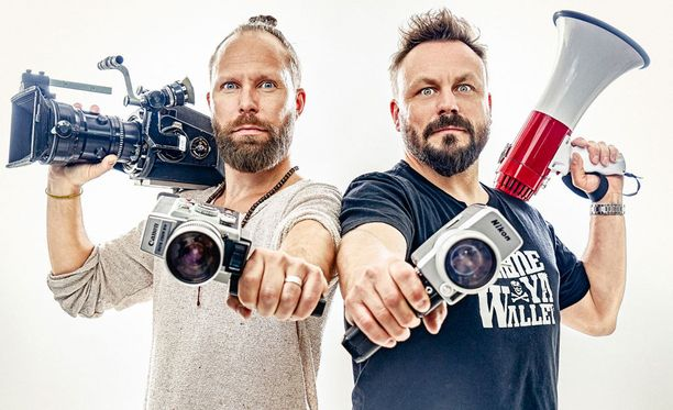 Tunna ja Riku toivovat, että pelkkien kissavideoiden kuvaamisen sijaan kansalaiset käyttäisivät kameroitaan myös vallan vahtimiseen ja faktatiedon välittämiseen.