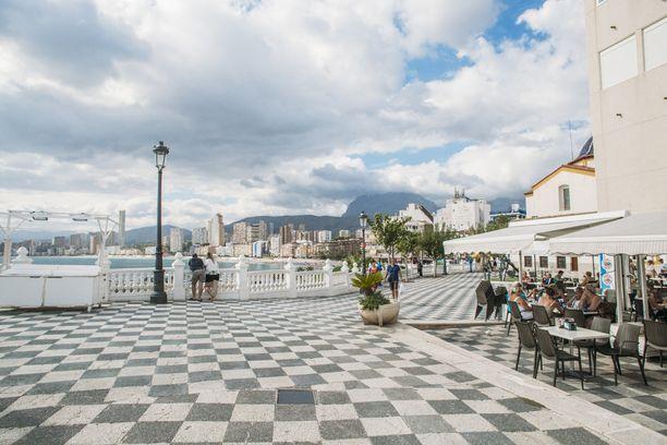 Pilvenpiirtäjät hallitsevat Benidormin kaupunkikuvaa, mutta vanhakaupunki takaa, että Välimeren tunnelma on vahvasti läsnä.