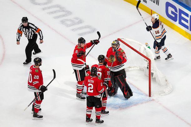 Chicago Blackhawks eteni jatkoon ja varsinaisiin pudotuspeleihin. Edmonton Oilersin on tyytyminen pitkälle kesä/syyslomalle.