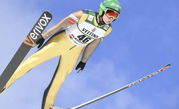Eero Hirvonen hyppäsi 102 metriä. Tuulirako oli hieman huonompi kuin suurimmalla osalla muista kärkipäähän hypänneistä.