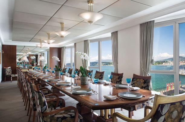 Näkymä maailman kalleimpaan hotellihuoneeseen. Tai oikeastaan huoneistoon, sillä geneveläishotellin sviitti on koko kerroksen kokoinen.