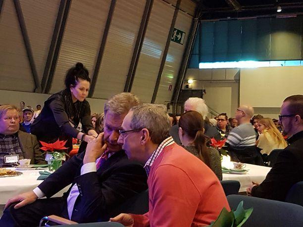 Hurstin joulujuhlassa oli muutama kansanedustaja. Kokoomuksen Ben Zyskowiczin kanssa Niinistö ehti vaihtaa jokusen sanan ennen puhettaan.