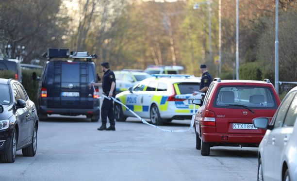 Rikospaikalla oli sunnuntaina paljon poliiseja.
