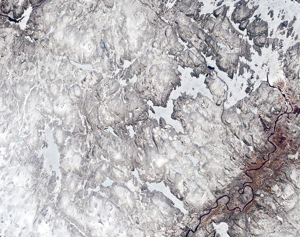 """Toukokuun 25. päivä otettu satelliittikuva näyttää Ivaloa ympäröivän alueen. Nasa julkaisi kuvan """"päivän kuvana"""" sunnuntaina 7.6.2020."""